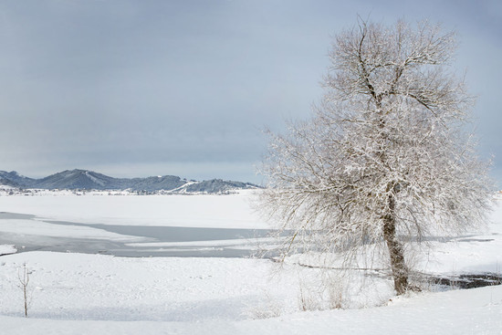 Blick auf zugefrorenen See